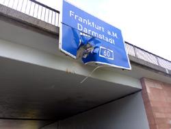 LKW an Brücke